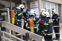 Profesionální i dobrovolní hasiči cvičili zásah při fiktivním požáru na středním odborném učilišti André Citroena v Boskovicích.