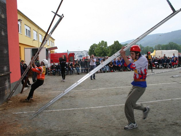 Profesionální hasiči soutěžili v Blansku na mezikrajských závodech. V disciplínách požárního sportu se utkali hasiči Jihomoravského kraje a kraje Vysočina. Mezi soutěžícími bylo i pět zástupců blanenského sboru i nejlepší reprezentanti.