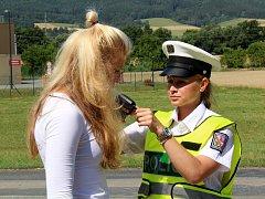 Policisté kontrolovali řidiče. Ti dostávali nealkoholické pivo.
