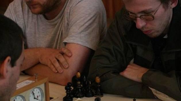BOJ O FINÁLE.  Adamovští šachisté Karel Švehla (vlevo) a Martin Handl se soustředí v semifinálové bitvě se Sloupem.  Turnaj Černohorský soudek v Boskovicích  nakonec Adamov A  vyhrál.