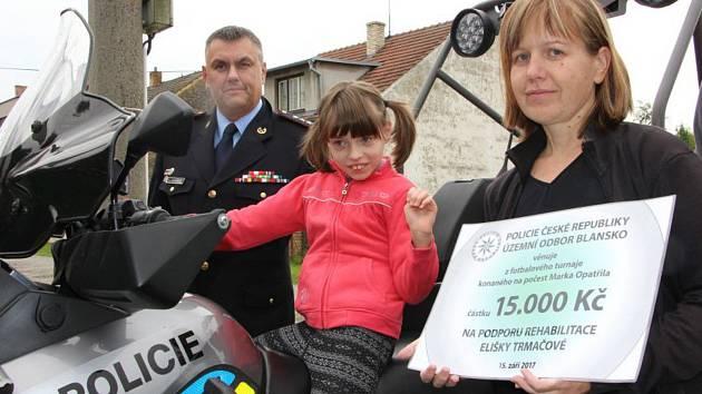 Policisté vybrali na fotbalovém turnaji patnáct tisíc. Věnovali je Elišce postižené mozkovou obrnou.