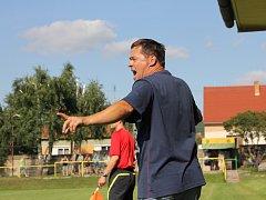 Trenér Petr Vašíček udílí pokyny při zápase Ráječka. Teď podepsal smlouvu na další čtyři roky.