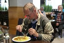 V blanenských restauracích přivítali po uvolnění bezpečnostních opatření kvůli epidemii koronaviru v pondělí první hosty.