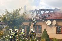 Hasiči zasahují u rozsáhlého požáru rodinného domu v Černovicích na Blanensku