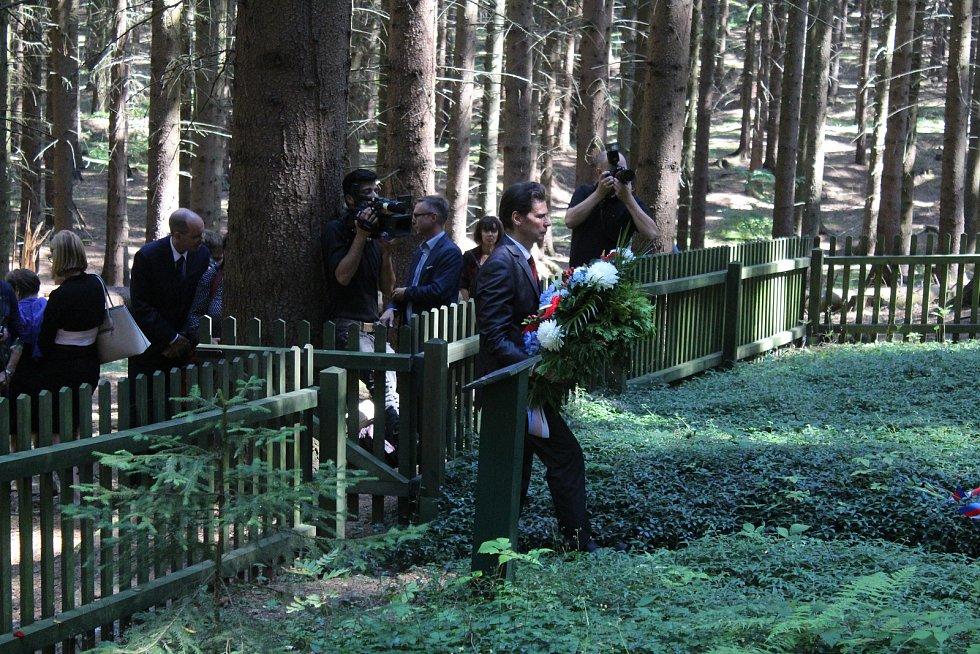 Čtyři roky budování a další tři léta zavřeno. To už neplatí. Do Památníku holokaustu Romů a Sintů na Moravě nedaleko Hodonína na Blanensku se konečně podívají turisté. Muzeum romské kultury, které památník spravuje, ho v úterý otevřelo.
