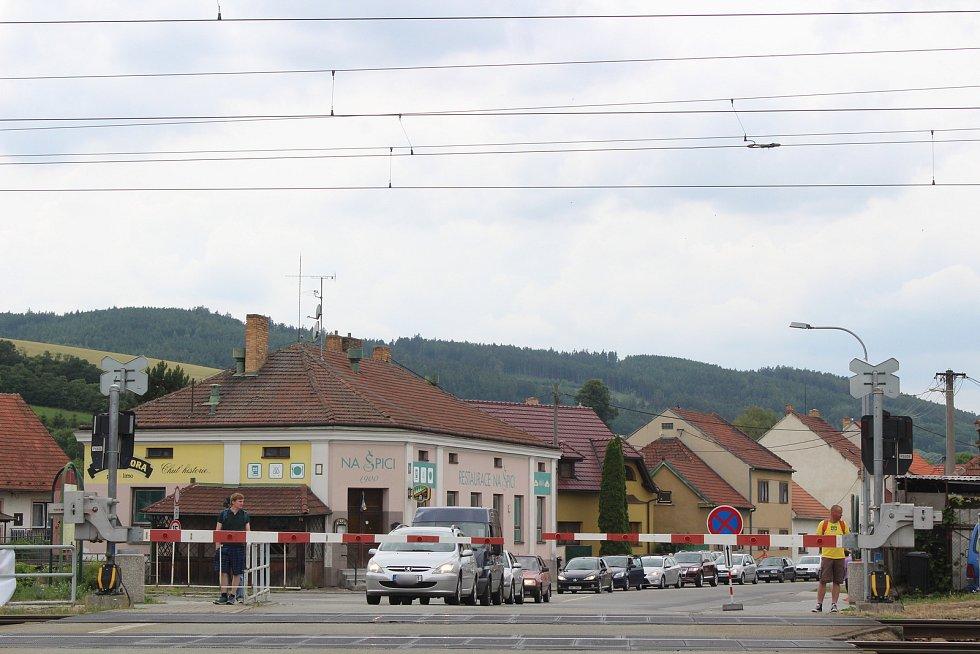 Oprava mostu: kolony aut zaplavily Rájec-Jestřebí, omezení potrvají až do dubna.