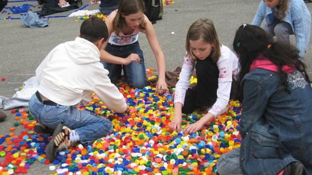 Stonožka z víček pomůže postiženým dětem