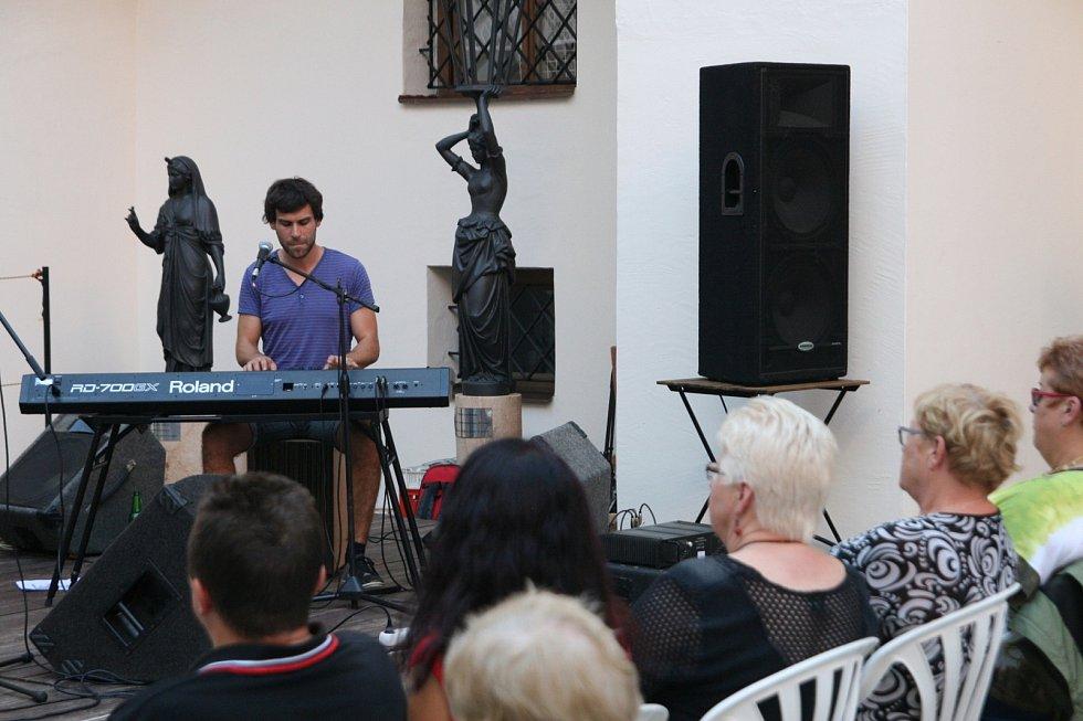 Tradiční letní festival Muzika pro Karolínku se pomalu blíží do své poloviny. Na nádvoří blanenského zámku se ve středu odehrál v pořadí už čtvrtý koncert z desetidílné série. Tentokrát vystoupila brněnská formace Kupodivu.
