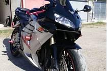 Dvě motorky a další doplňky ukradl v noci ze čtvrtka na pátek neznámý pachatel z řadové garáže v Divišově ulici v Blansku.