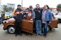Rodinné foto ze srazu trabantů. Šustáčkovi jsou motoristická rodina.