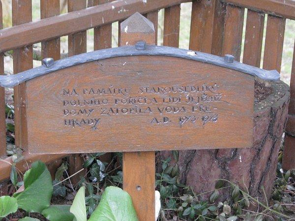 Pro lidi, jejichž domy musely ustoupit přehradě, to bylo těžké. Připomíná je památník vDolním Poříčí.