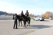 Policisté kontrolovali chaty v Jedovnicích. Na koních, se psy i na čtyřkolce.