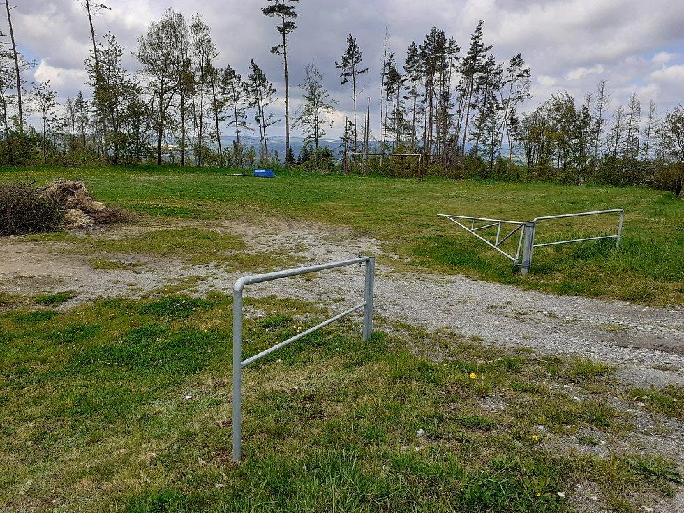 V Kuničkách staví workoutové hřiště. Plánují i sportoviště s umělých povrchem. To by mělo vzniknout v areálu současného fotbalového hřiště (na snímku).