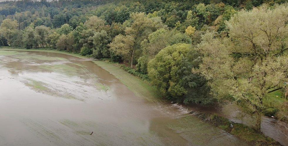 Svitava rozlitá do polí z ptačí perspektivy. Takto to ve čtvrtek vypadalo v okolí obce Lhota Rapotina na Blanensku, kudy protéká řeka Svitava.