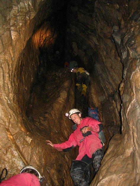 Patnáct žebříků musí návštěvník Rudického propadání slézt, aby se dostal do hloubky asi 190metrů.
