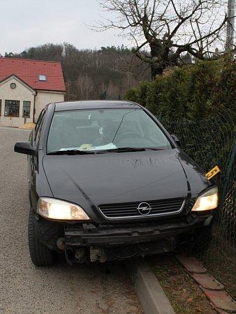 Pořádně pod parou sedl za volant vúterý odpoledne čtyřicetiletý muž vBoskovicích. Opilý řidič Opelu Astra nejprve narazil do protijedoucího auta a pak jeho jízda skončila nárazem do plotu urodinného domku vMladkově.