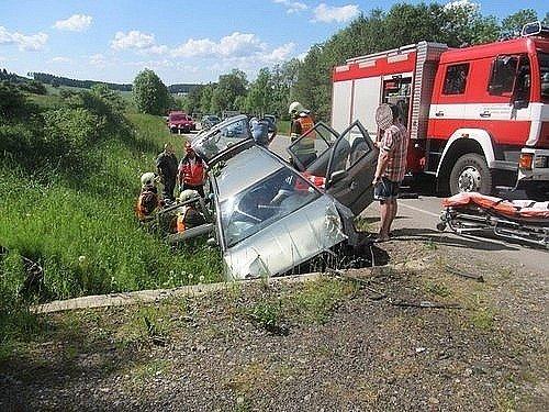 U Valchova se stala vážná dopravní nehoda. Pro šestašedesátiletou ženu musel přiletět vrtulník.
