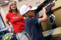 Nablýskaný lak a burácení silných motorů. Majitelé aut značky Ford Mustang z Mustang Riders Clubu podnikli o víkendu spanilou jízdu na Blanensko. Zastavili se také na Masarykově náměstí v Boskovicích.