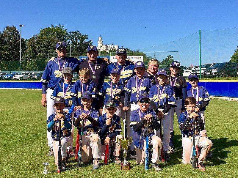 Mladí blanenští baseballisté oslavují svůj třetí titul.