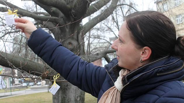 Lidé si na blanenském náměstí Svobody mohou ze stromu utrhnout verše.