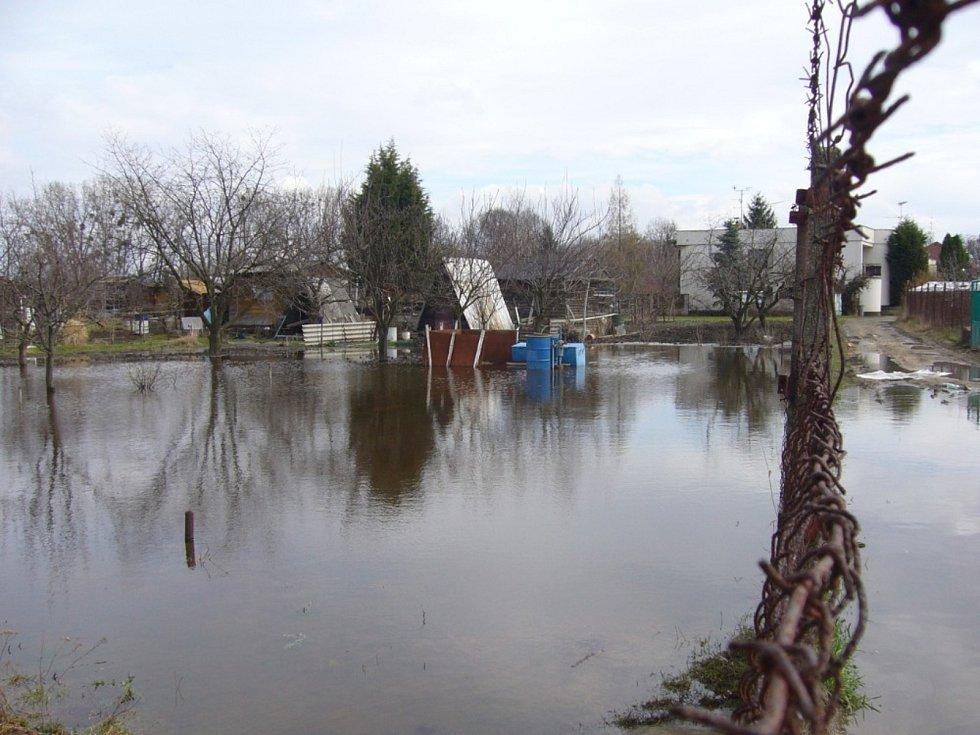Rozvodněná řeka Dyje v Břeclavi na přelomu března a dubna 2006.