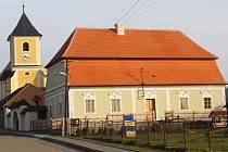 Opravená fara a kostel v Černovicích na Blanensku.