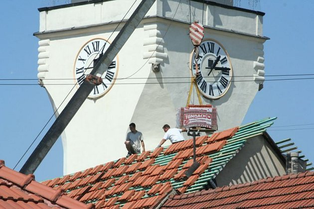 Pokrývači v těchto dnech pracují na výměně střechy  radnice v Boskovicích.  Pak budou následovat další rekonstrukce, lidé by se měli dostat i na věž.