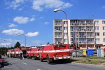 K požáru tepelné izolace balkónové stěny vyjíždělo v neděli odpoledne několik hasičských vozů. V Blansku na ulici Dvorské zasahovali hasiči z Blanska, Rájce a Černé Hory.