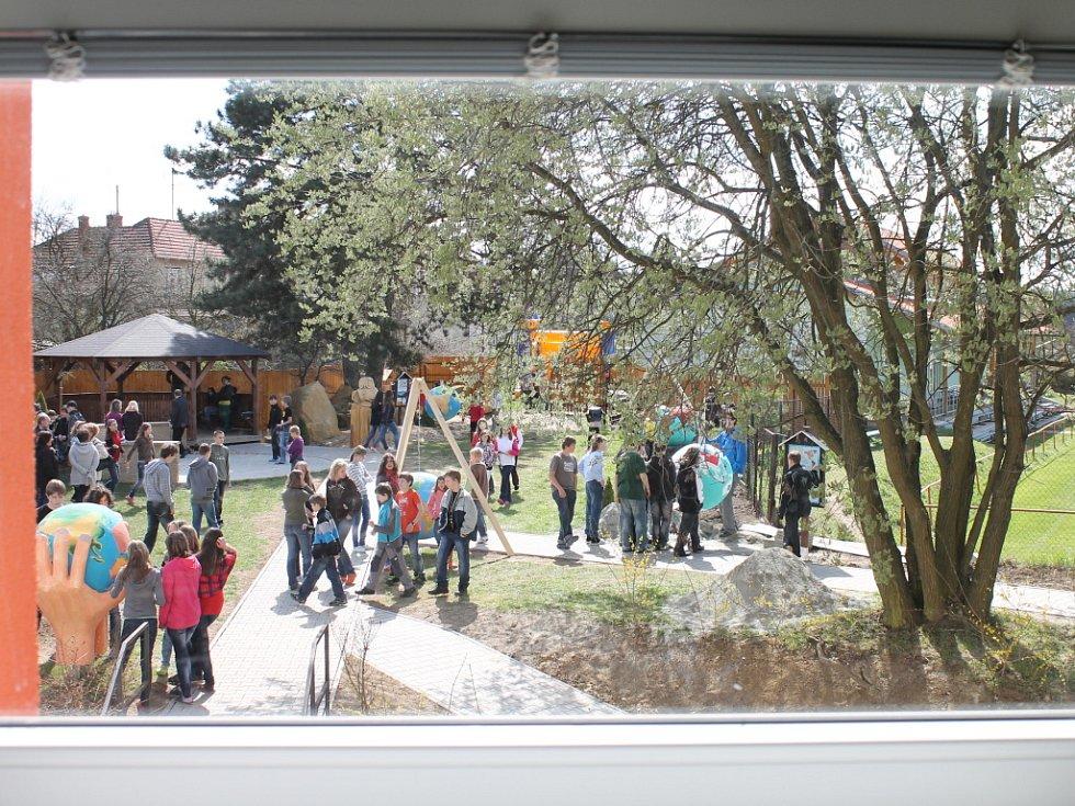 Z neudržovaného zákoutí za základní a mateřskou školou vytvořili Kunštátští za pomoci sponzorů, dětí a rodičů zahradu, kterou v pondělí dopoledne slavnostně otevřeli. Ke Dni Země. Stejně jako loni a předloni zasadili nový strom. Na zahradě také odhalili d