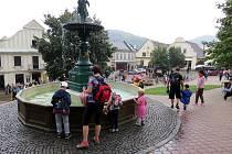 Štramberské náměstí s kašnou.