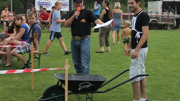 Vážanští pořádali v sobotu recesistický závod O Vážansky kolečka. S řadou nástrah a úkolů. Do závodu nastoupilo dvacet soutěžních dvojic.