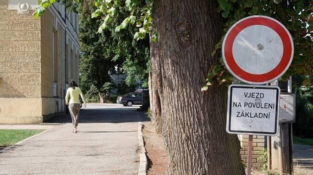 Rodiče, kteří vozí děti do kunštátské školy, najíždějí do zákazu vjezdu.