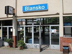 Vstupní hala na vlakovém nádraží v Blansku.
