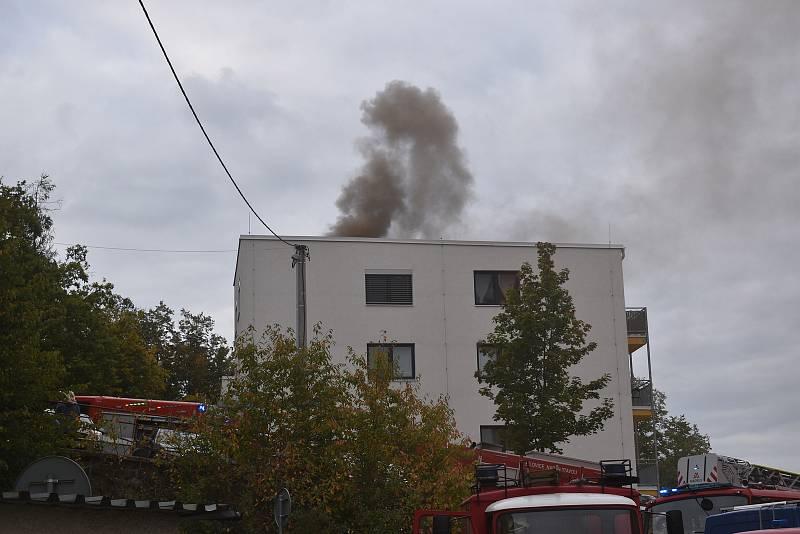 Hustý dým valící se ze střechy a silný zápach. V adamovské ulici Ronovská začalo v pondělí hořet v jedné z tamních bytovek. Podle prvotních informací hasičů se oheň snažili před pátou hodinou odpoledne uhasit hadicí dělníci, kteří na střeše domu pracovali
