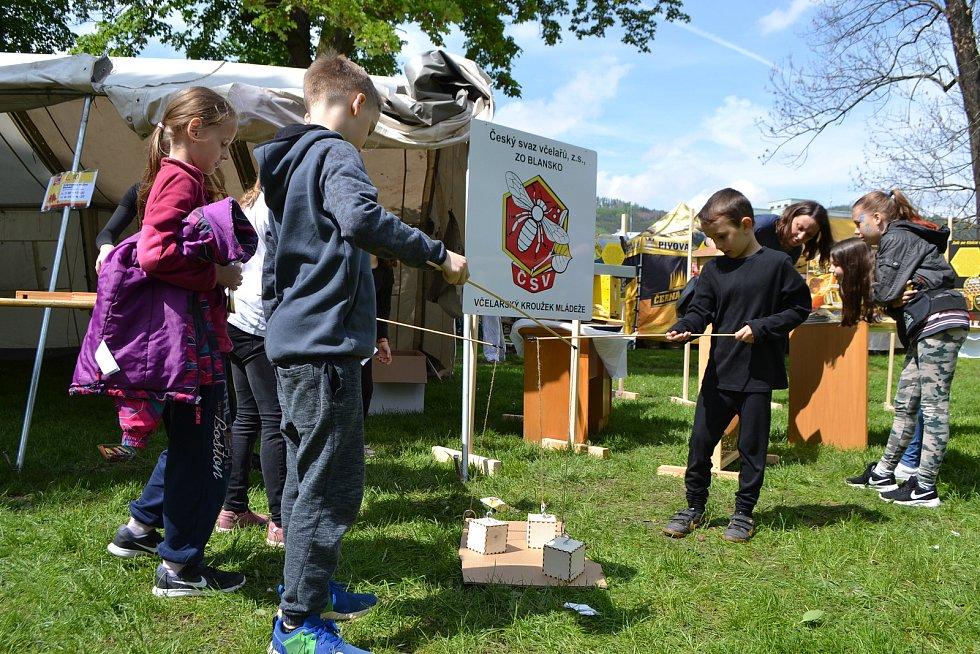 Blansko opět po roce žilo dětským rodinným festivalem BAMBIFEST. Během dvou dnů se v zámeckém parku vystřídalo dvacet vystoupení volnočasových organizací, děti mohly navštívit třicet stanovišť se soutěžemi a v rámci večerního hudebního festivalu zahrálo c