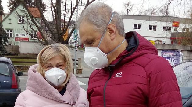 Oproti předchozím dnům se v ulicích a také v obchodech s potravinami na Blanensku objevuje stále více lidí s ochranou obličeje. S respirátory na obličeji vyrazili na nákup do supermarketu také manželé Formánkovi ze Senetářova.