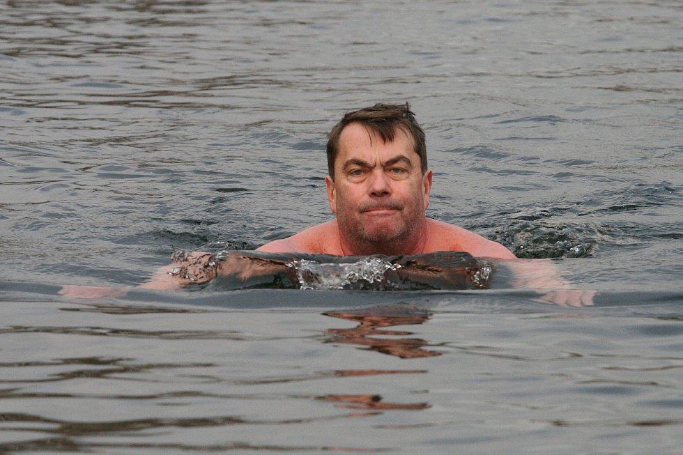 Čtvrtá vánoční plavba. V blanenském lomu plaval na Štědrý den tank, vor z lahví i otužilci.
