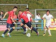 V 11. kole moravskoslezské divize D remizovali fotbalisté FK Blansko (v červeném) s FC Žďas Žďár nad Sázavou 1:1.