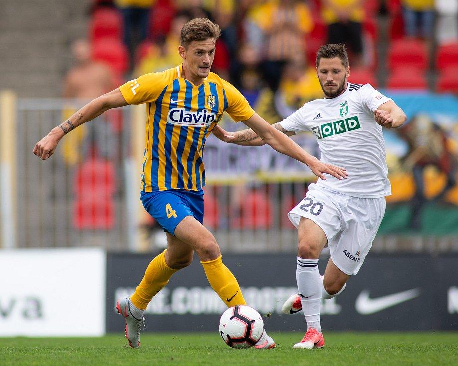 Fotbalový obránce Matěj Helebrand (vlevo) nastupuje na pozici stopera či levého obránce.