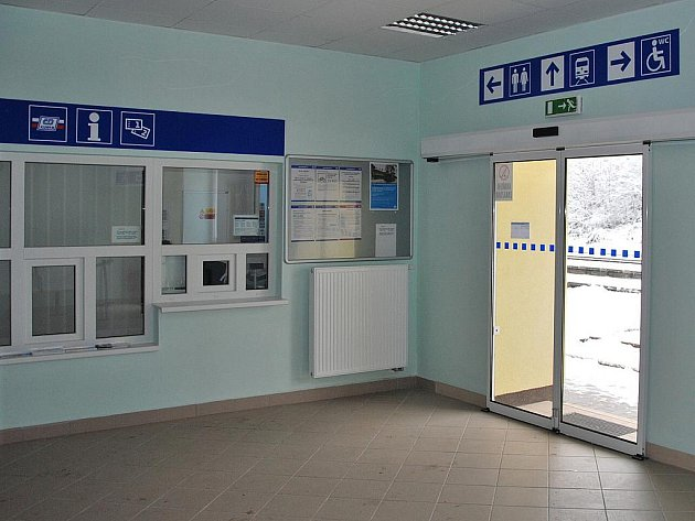 Po roce oprav je nádražní budova v Letovicích jako nová. Lidé tam využijí vylepšenou čekárnu či veřejné toalety. Železničáři zase nové nocležny a koupelny.
