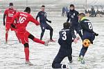 Na tenké sněhové pokrývce se hrálo přípravné fotbalové utkání MFK Vyškov (červené dresy) - FK Blansko. Domácí zvítězili 6:3.