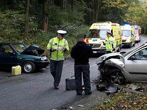 Čelní srážka dvou aut si vyžádala dva zraněné. Policie odkláněla dopravu