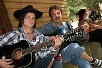 V boskovickém Western parku hrálo v sobotu současně tři písničky sto dvacet kytaristů. K českému rekordu se nepřiblížili ani z poloviny.