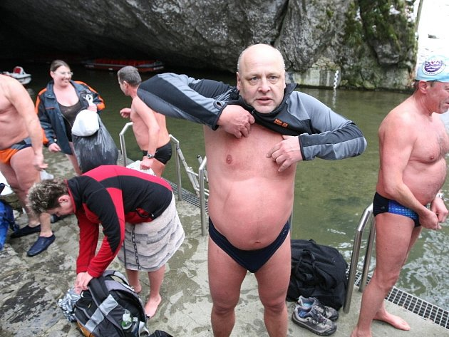 Otužilci se ponořili do chladných vod Punkvy.