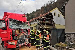 Do domu v Lažánkách, kde žije Jiří Zouhar s rodinou, narazil kamion.
