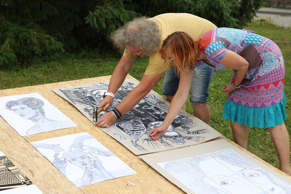 V centru Blanska si lidé ve středu odpoledne prohlédli práce žáků výtvarného oboru Základní umělecké školy Blansko.