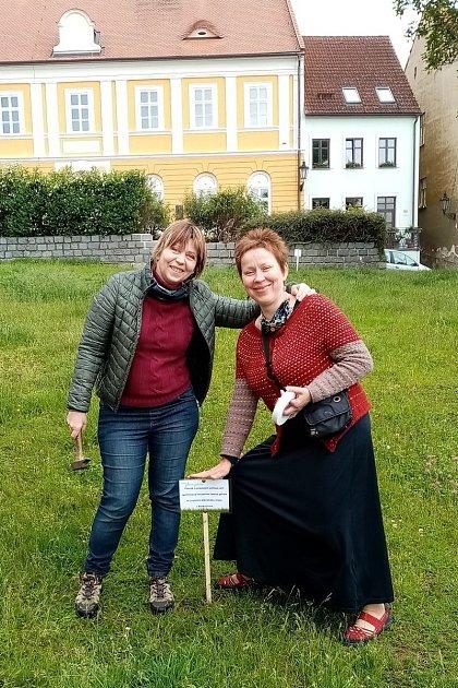 Hanu Kvapilovou (na snímku vlevo) vBoskovicích na Blanensku už několik let trápil stav tamních trávníků. Společně sněkolika přáteli proto před časem vBoskovicích založili iniciativu Zelená peřina. Kromě problematiky péče otrávníky se věnují také stavu