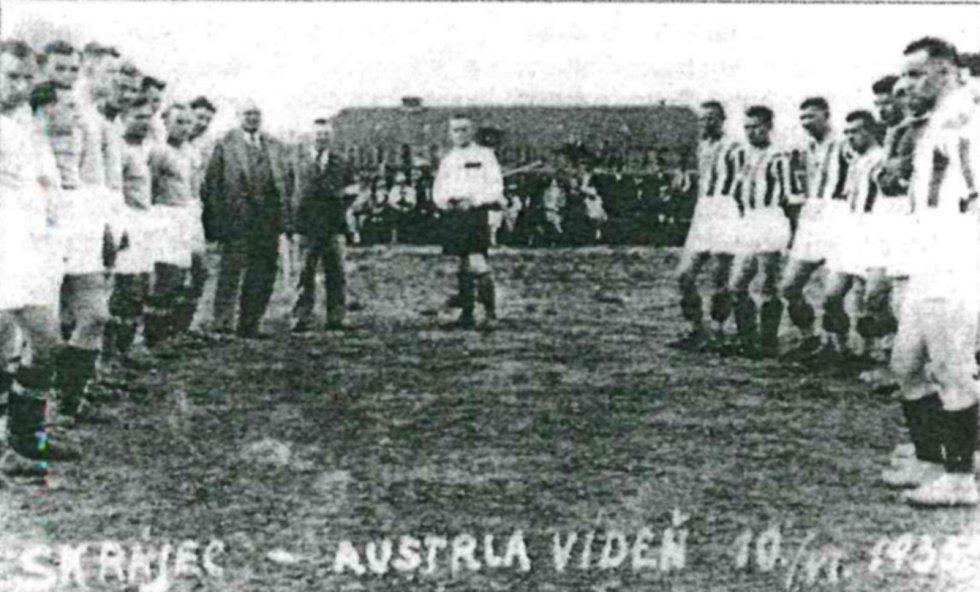 Snímek připomíná zahájení utkání mezi SK Rájec (v pruhovaných dresech) a Austrií Vídeň z 10. června 1935.