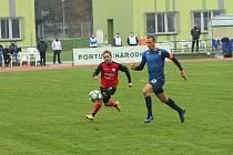 Blanenský obránce Marián Štrbák (vpravo) svádí souboj o míč s hráčem Táborska.