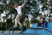 Stolní fotbálek, malování na solotitové desky, jízda na skateboardu, hudební vystoupení DJ. Nejen to v sobotu nabídl v blanenském skateparku happening StreetArt Jam 2015.